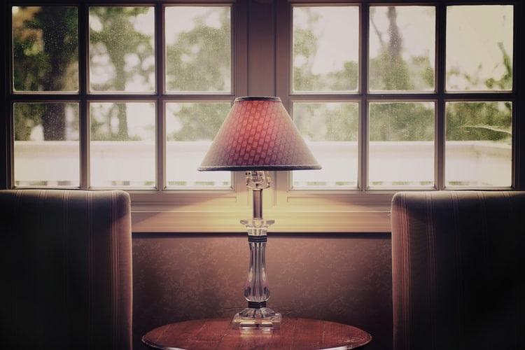 Ekskluzywny dodatek do salonu - lampy stojące w stylu glamour