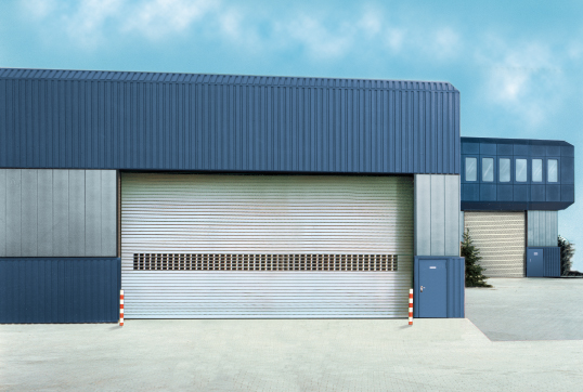 Brama rolowana z drzwiami - czy warto?