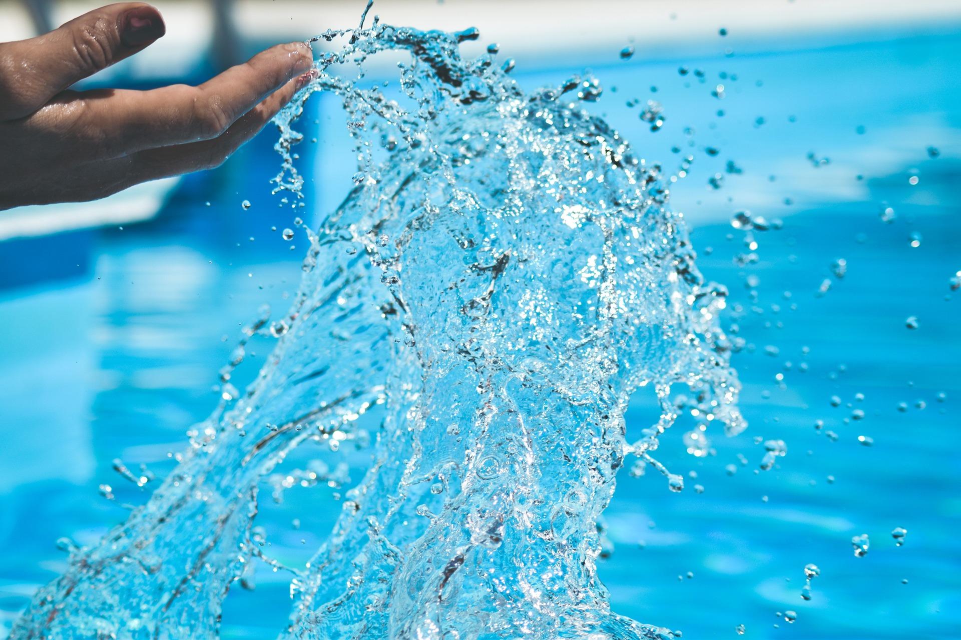 Przenośny basen do ogrodu – stelażowy czy rozporowy?