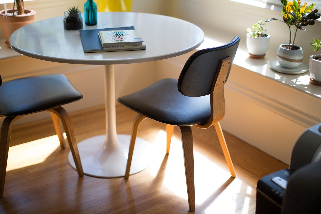 Rodzaje krzeseł tapicerowanych. Jakie krzesła tapicerowane kupić, aby łatwo utrzymać je w czystości?