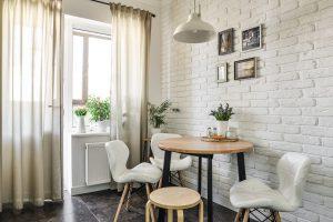 Jakie stoły sprawdzą się w małym pomieszczeniu? Sprawdź ciekawe propozycje i rozwiązania!