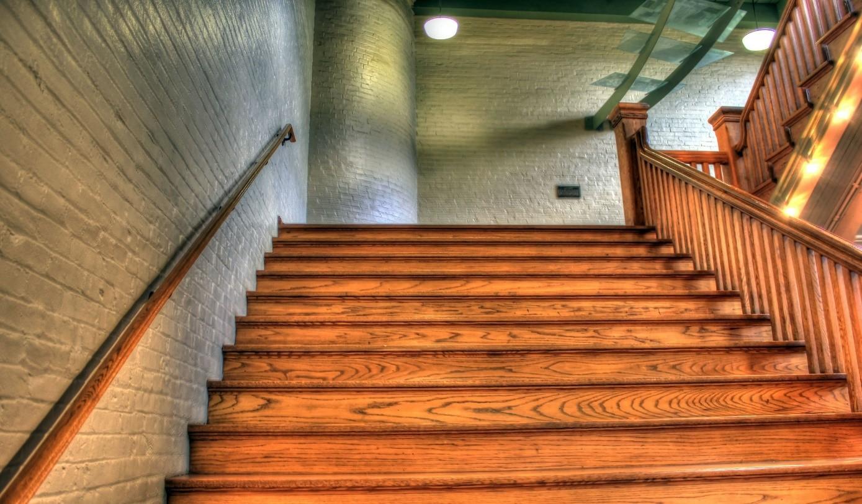 Jak wykończyć schody drewniane?