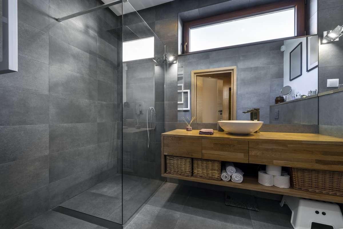 Trzy pomysły na niebanalną aranżację łazienki – a wszystko za sprawą płytek!
