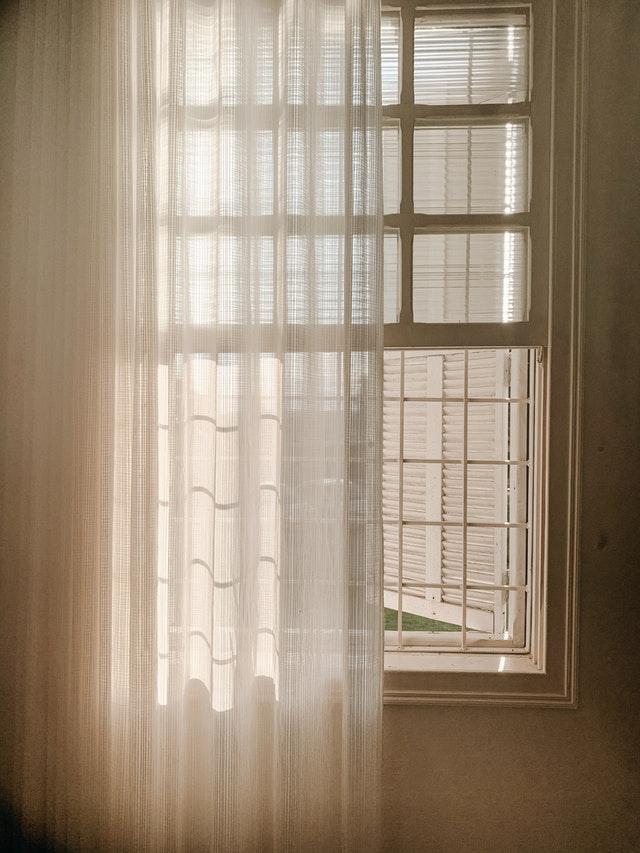 Jak dobrać odpowiednie firanki do salonu z balkonem?
