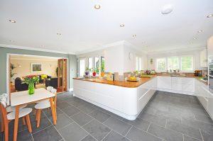 Jak zaaranżować nowoczesną kuchnię z płytkami cegiełkami?
