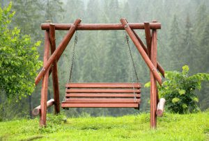 Huśtawka ogrodowa drewniana - radość dla małych i dużych