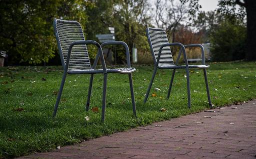 metalowe krzesła