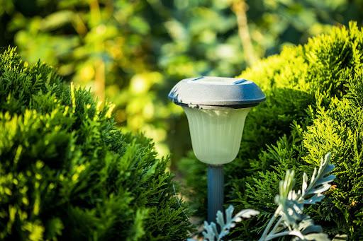 Lampy solarne do ogrodu — jak wybrać?